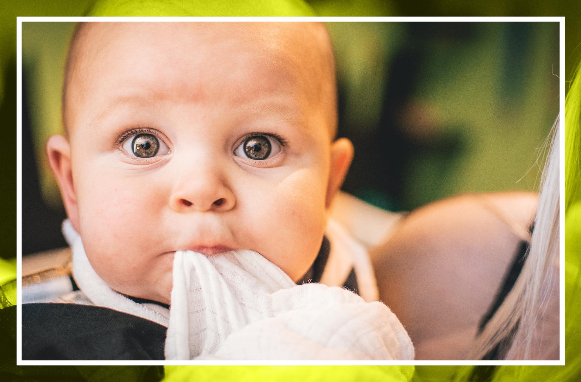 ¿Por qué mi bebé vomita leche?